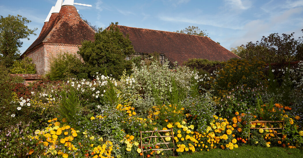 At Great Dixter, Getting Your Hands Dirty Is the Point